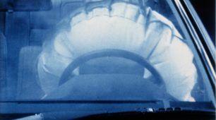 Pred 40 rokmi: Mercedes-Benz zavádza airbag vodiča a napínač bezpečnostného pásu do sériovej výroby